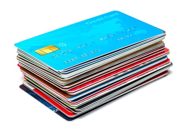白い背景で隔離のクレジットカードのスタック。