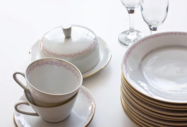 컵과 테이블에 안경의 스택