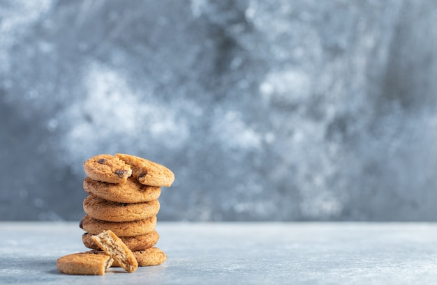 대리석 바탕에 맛있는 초콜릿 칩 쿠키의 스택