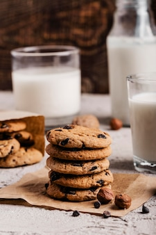 牛乳のガラスの横にあるおいしいクッキーのスタック