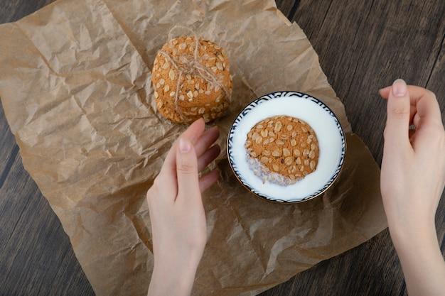 시리얼과 신선한 우유 한 그릇과 함께 맛있는 쿠키의 스택.