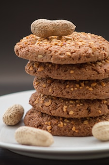 プレートにおいしいピーナッツクッキーのスタック