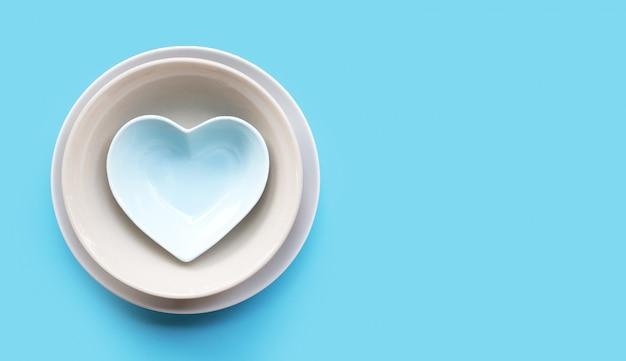 皿と青の背景にボウルのスタック。