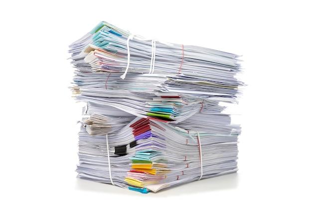 白い背景で隔離されたドキュメントのスタック。文書は積み重なる。