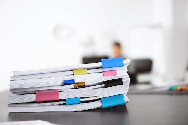 オフィスのテーブルにある書類の山