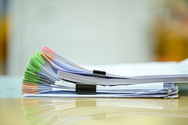 사무실에서 나무 책상에 문서 스택