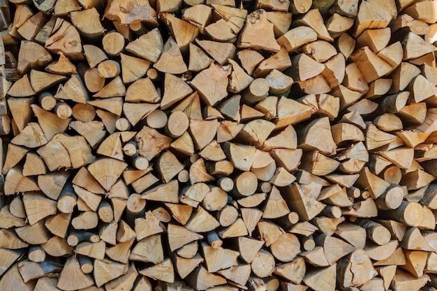 마른 다진 나무 통나무의 스택입니다. 목재와 천연 나무 배경입니다.