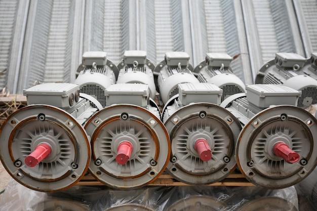 Стек электродвигателей ожидает упаковки и транспортировки на открытом складе.