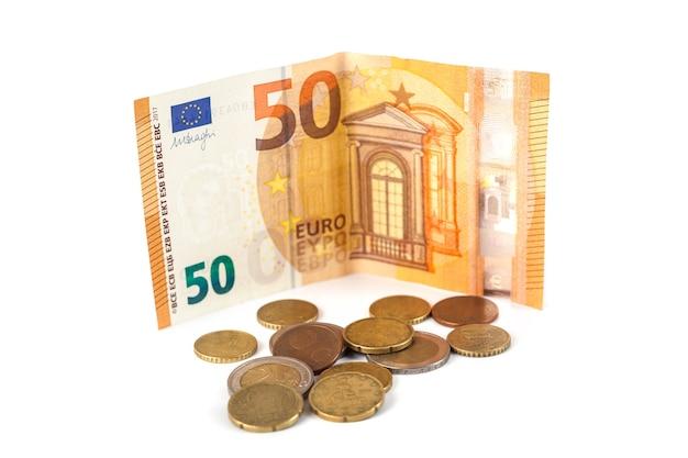 Стек банкнот и монет евро изолированы