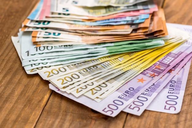나무 테이블에 유로 지폐의 스택