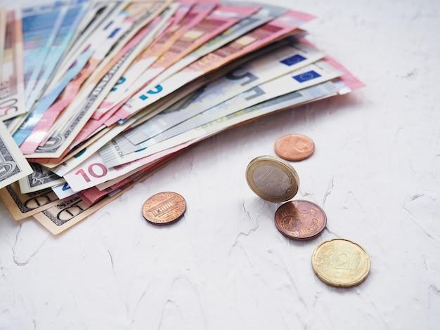 白い背景の上のユーロのお金のスタック、コインセント。金融とビジネスの概念。