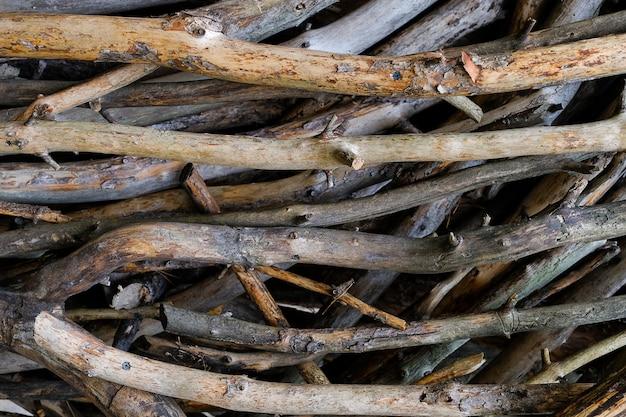 Стек срубленных веток деревьев. куча срезанных веток и стволов на земле, лежащих друг на друга. вырубка деревьев, уничтожение лесов.