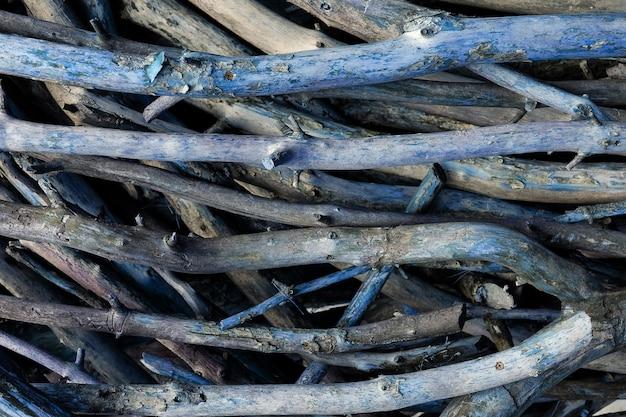 木の伐採枝のスタック。地面にある切り枝と幹の山で、互いの上に横たわっています。木の伐採、森林の破壊。