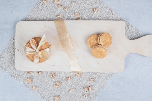 축제 비스킷과 땅콩 나무 보드에 스택. 고품질 사진