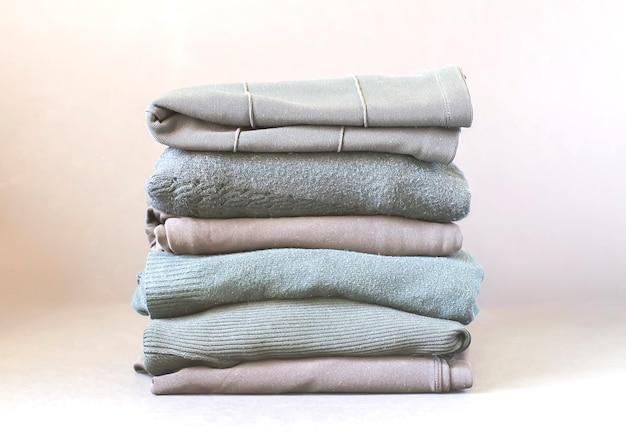 Стек сложенной одежды. цветной текстильный ворс.