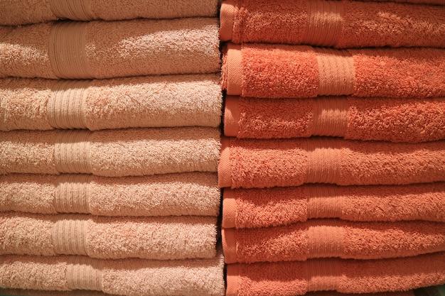 Стек сложенных много тонов оранжевого цвета банные полотенца