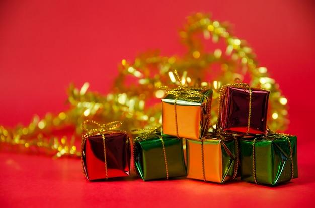 Стек подарочной коробке на красном фоне