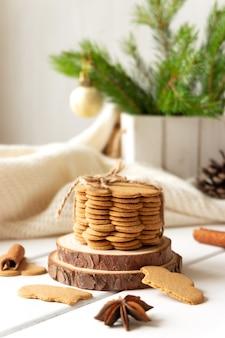 Стопка имбирного печенья и специй на деревянной столешнице