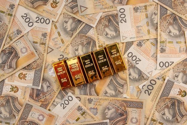 즐로티 지폐의 금괴 스택입니다. 부를 계획하다
