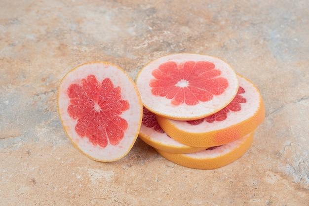大理石のテーブルにグレープフルーツのスライスのスタック。