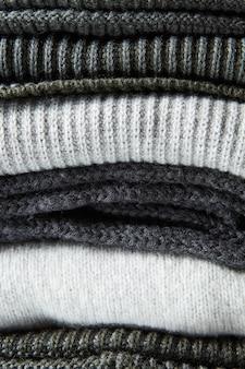 회색 모직 니트 스웨터 클로즈업의 스택