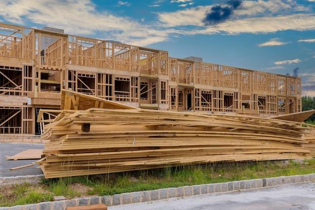 建設用材木材料上の建物の新しい建設材料のグループのスタック