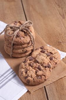 木製の背景にチョコレートチップクッキーのスタック