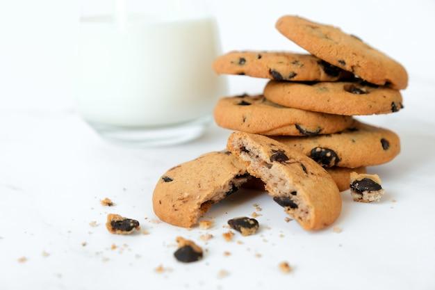 大理石の自家製チョコレートチップクッキーとミルクのガラスのスタック