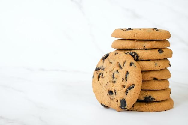 大理石の自家製チョコレートチップクッキーのスタック