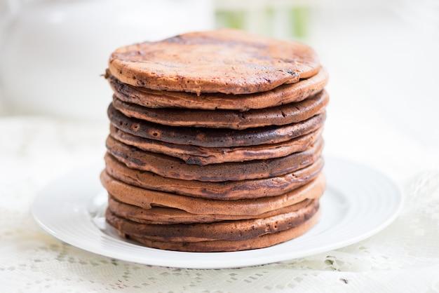 Стек домашних шоколадных блинов на завтрак