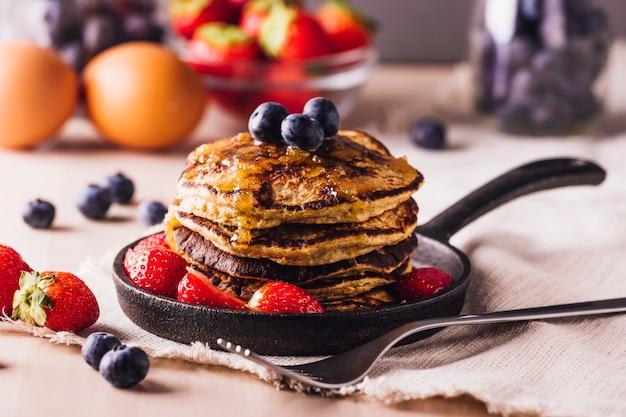 ブルーベリーとイチゴの自家製パンケーキのスタック、朝食に最適 Premium写真