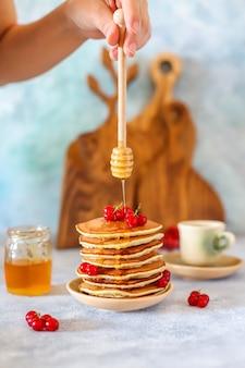 蜂蜜シロップとベリーの自家製パンケーキのスタック