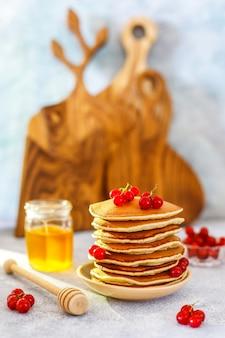 Стек домашние блины с медовым сиропом и ягодами.