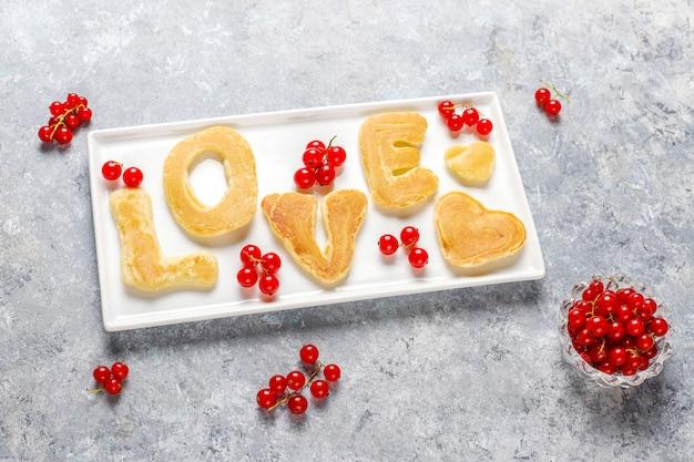 蜂蜜シロップとベリーの自家製パンケーキのスタック。
