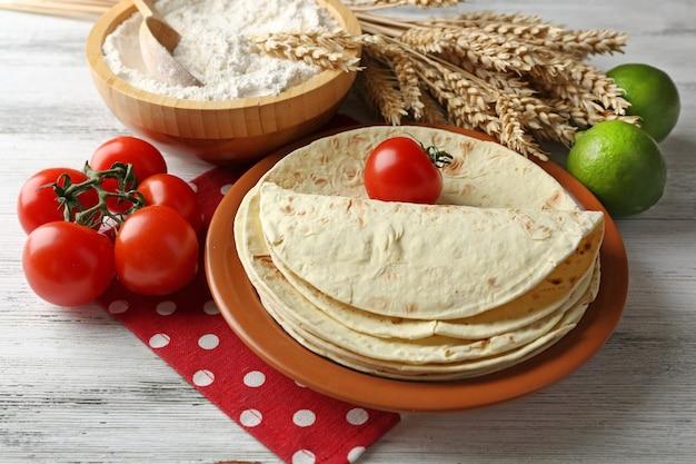 自家製全粒小麦粉トルティーヤと野菜のスタック、木製のテーブルテーブル