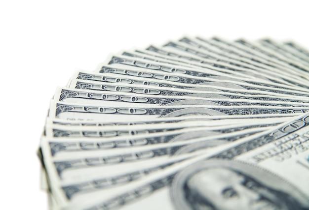 Стек ста долларов крупным планом, изолированные на белом фоне