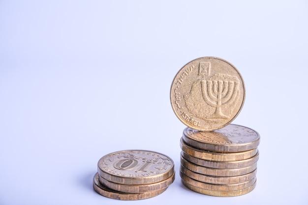 Стопка израильских монет крупным планом