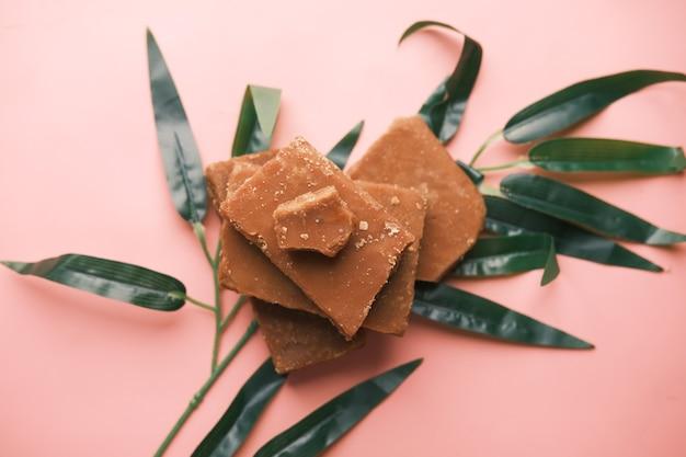 Стек неочищенного пальмового сахара традиционный кубик тростникового сахара на столе