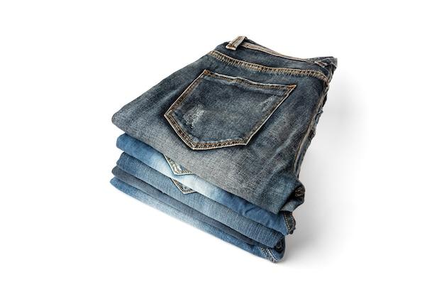 Стопка джинсов, изолированные на белом