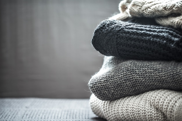 Стопка вязаных свитеров