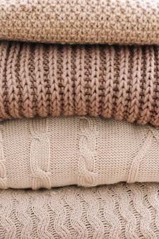 니트 모직 옷과 스웨터의 스택