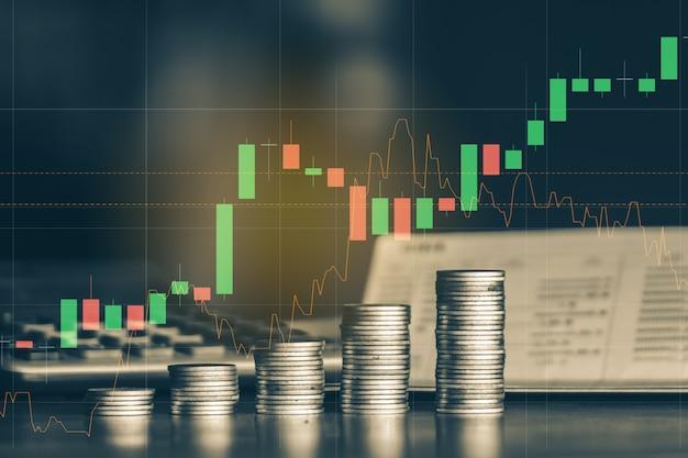 Стек деньги монеты с торговым графиком, фон финансовых инвестиций