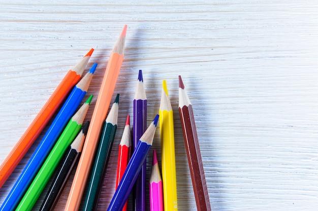 여러 가지 빛깔된 연필의 스택에 격리 된 흰색 배경을 닫습니다