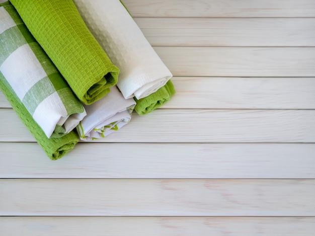 나무 배경 천연 소재 린넨과 면에 깔끔하게 접힌 수건 더미