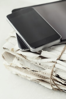 Стопка газет с цифрового планшета и смартфона