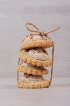Стог овсяного печенья на белом столе.