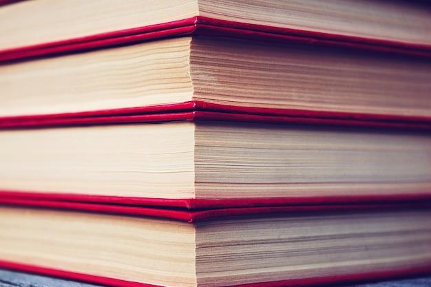 Стек старых книг в красной обложке