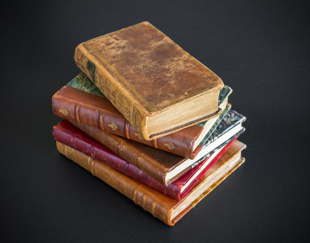 Стек старых книг, изолированные на черном фоне