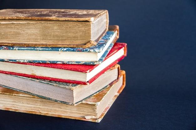 Стек старых книг, изолированные на темном фоне
