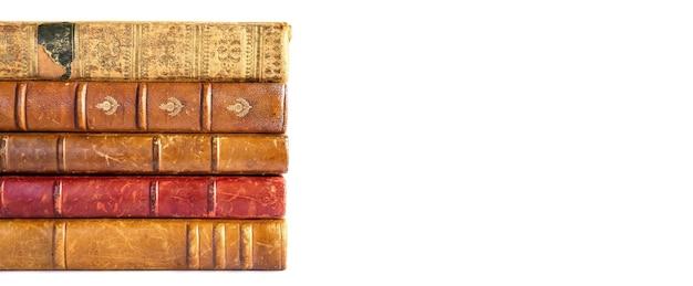 白い背景のバナーで隔離の古い本のスタック